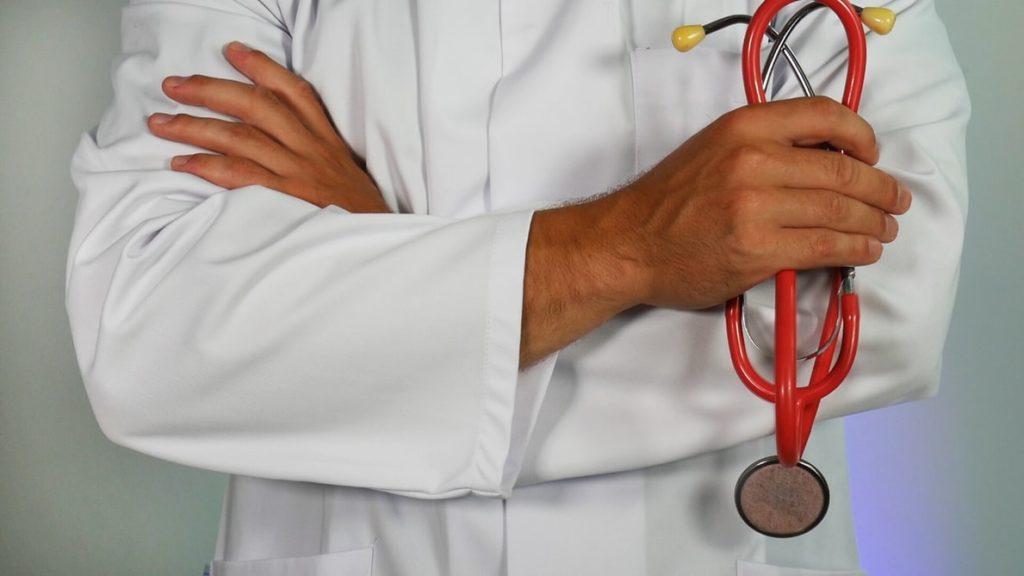 تصویر دکتر با گوشی پزشکی