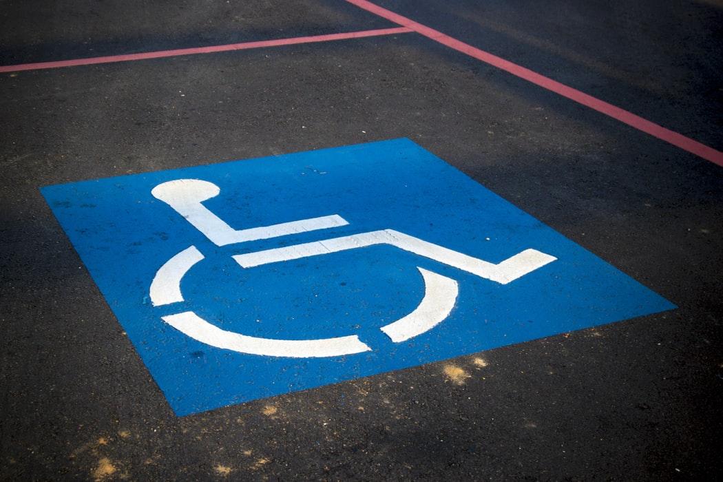 علامت محل پارکینگ برای افراد دارای معلولیت