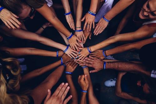 کف دستها بر روی هم به نشانه اتحاد