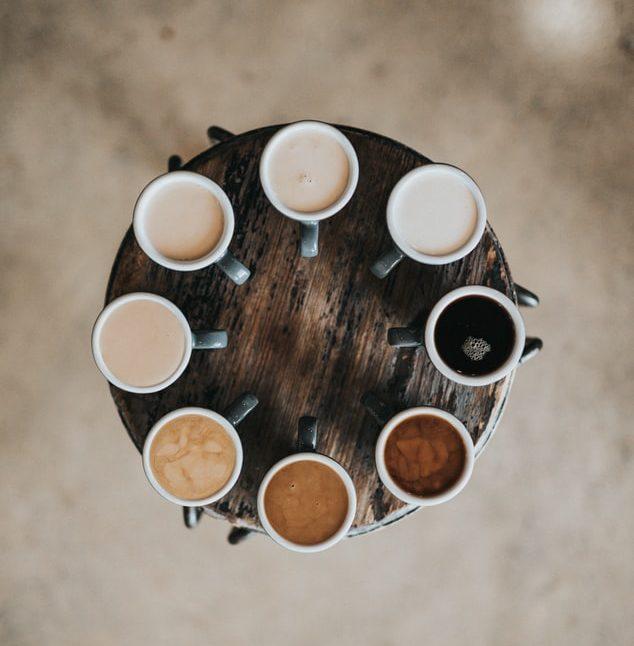 مجموعهای از فنجانهای قهوه با رنگهای متفاوت