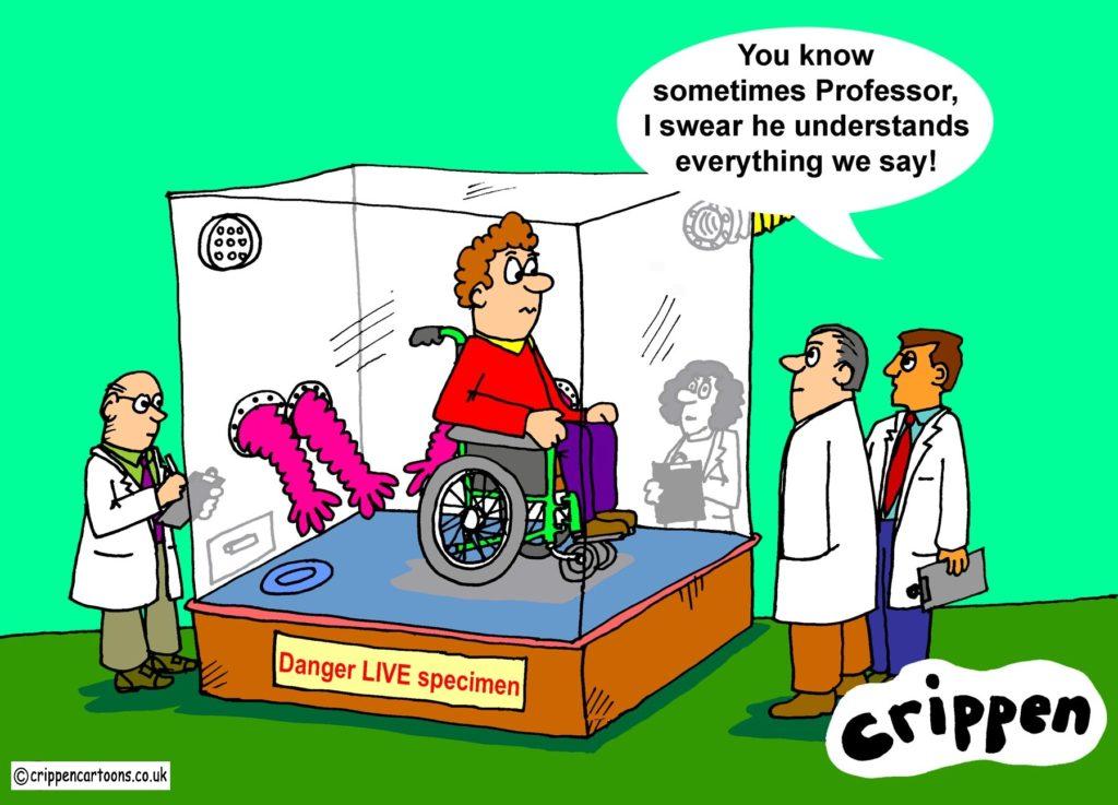 """مردی روی صندلی چرخدار در یک قرنطینهی شیشهای قرار دارد. روی قرنطینه نوشته شده:"""" موجود عجیب"""". یکی از دکترها تعجب زده است که چگونه فرد معلول زبان انسان را میفهمد!!"""