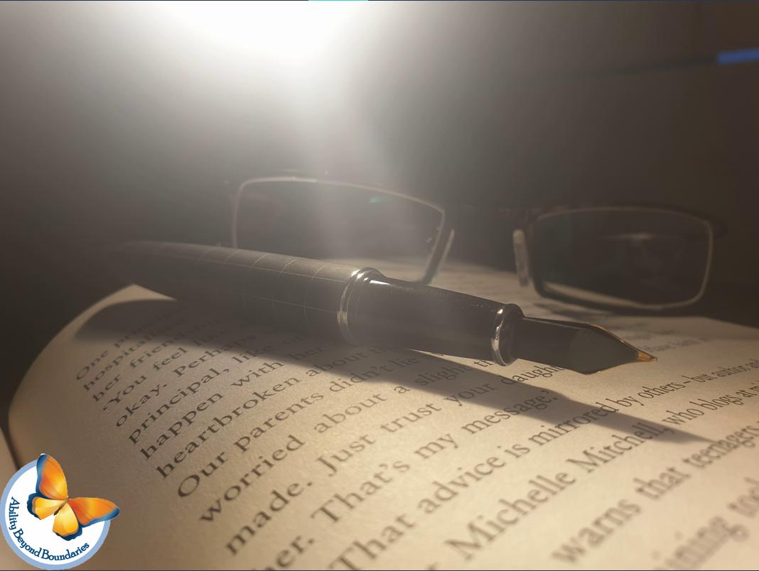 کتاب، عینک و خودنویس