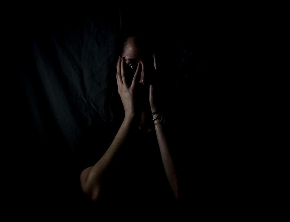 تصویر زنی که قربانی خشونت خانگی شده است