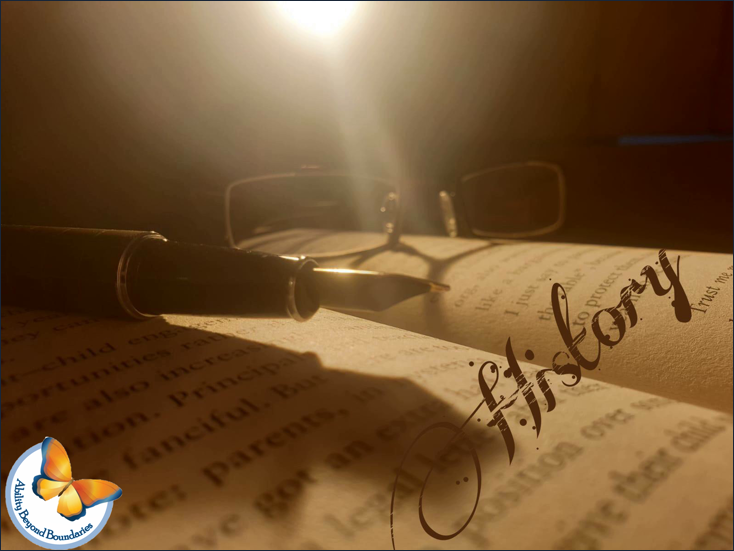 """کتاب، عینک و خودنویس. روی صفحه کتاب نوشته شده """"تاریخ"""""""